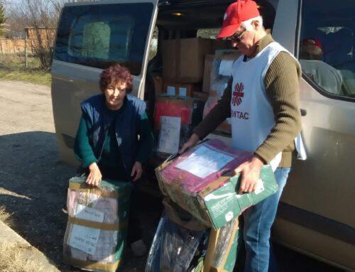 Каритас Русе дари дрехи на възрастни и социално слаби семейства в Община Иваново